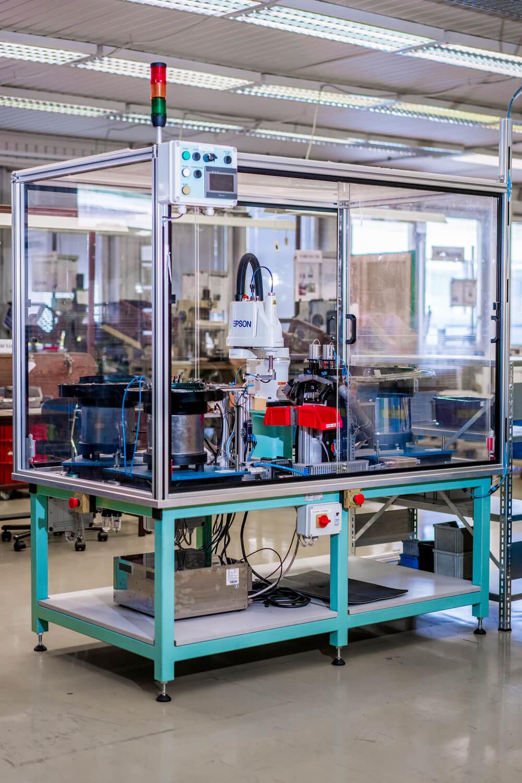 Průmyslové robotické buňky s roboty EPSON